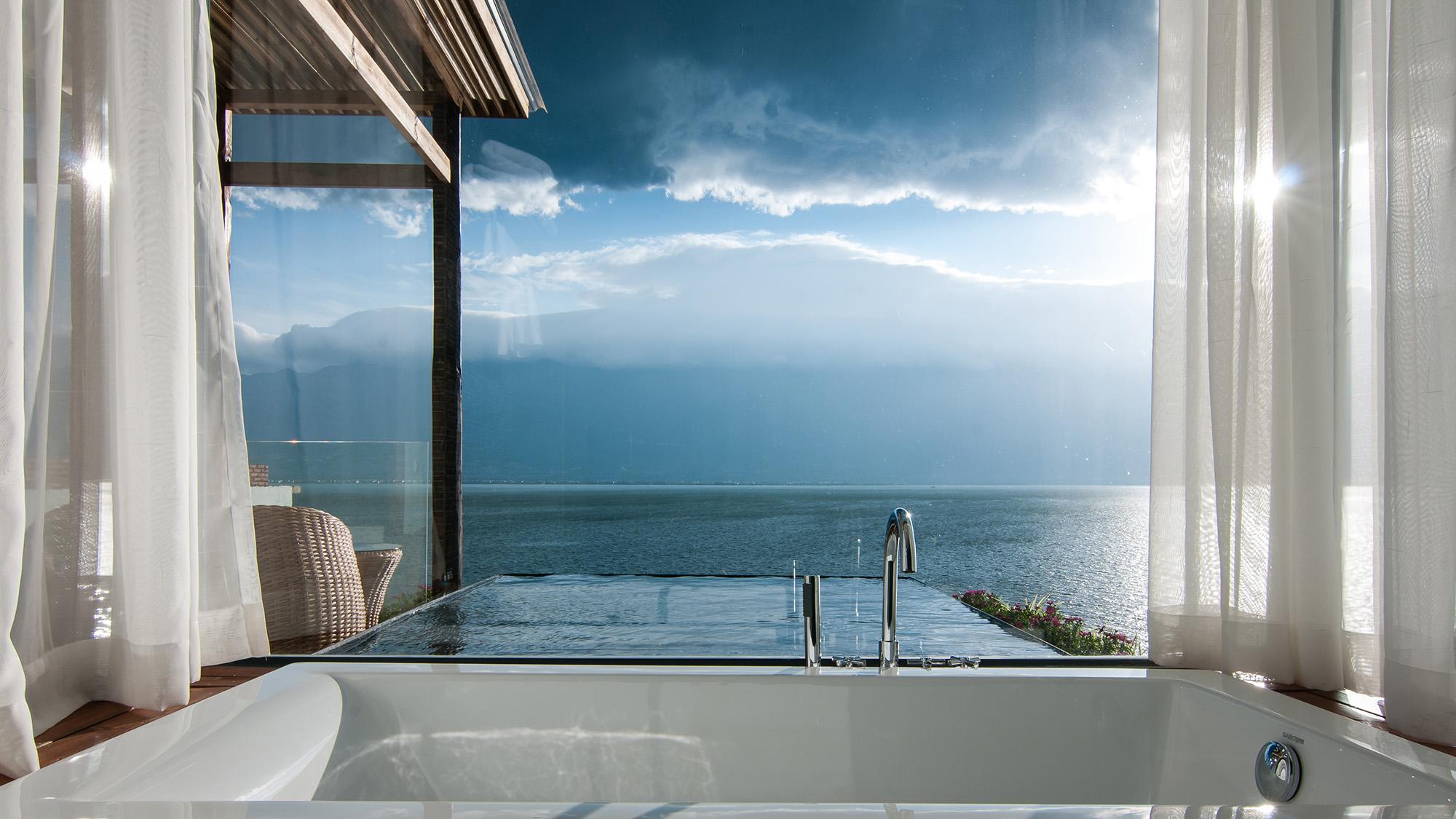 08 客房706-5 浴缸与洱海(梁小龙)